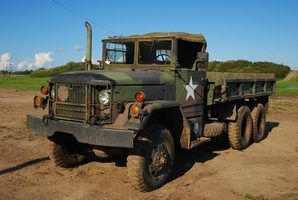Uma versão inicial do caminhão militar M818 com cama de alagem anexado.