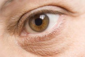Natural maneiras para homens para corrigir as bolsas sob os olhos
