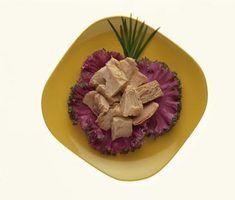 Fatos da nutrição no conservas de atum em azeite de oliva contra água