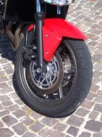 Pneus inflados corretamente pode melhorar qualquer motocicleta`s performance.