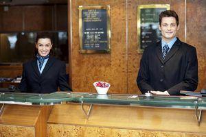 Qualidades de um empregado hospitalidade excepcional serviço ao cliente