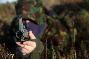 Soldados treinar com rifles normalizadas.