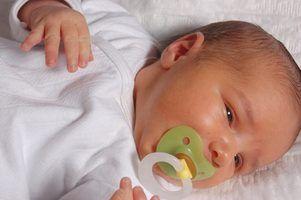 Os sintomas de gás em um bebê durante a noite