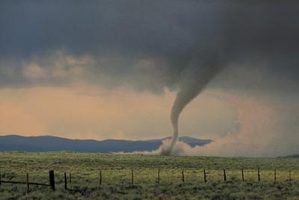 Os tornados efeitos têm em terra