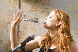 A voz cantando e que a bebida para mantê-la úmida