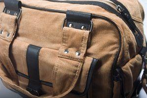 Manter o básico quando a embalagem roupas e itens de higiene pessoal para uma conferência de jovens.