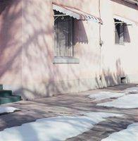 Ferramentas para remoção de neve sobre um toldo