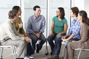Pequeno reunião do grupo de AA.