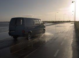 vans de tamanho completo são usados para fins de carga e de passageiros.