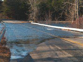 Nunca tente conduzir através de uma seção inundada da estrada.