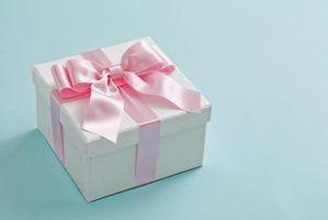 Escolha um presente especial do casamento para seu afilhada.