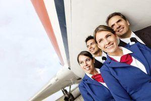 Quais são as vantagens e desvantagens de ser um comissário de bordo?