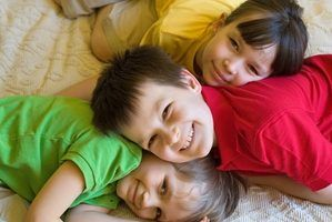 Quais são as causas dos problemas comportamentais em crianças pequenas?