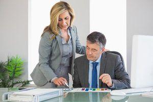secretário patente, indicando informações para empregador