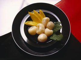 Quais são os pequenos frutos brancos em um bufê chinês?