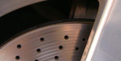 O que faz com que os freios a ranger em um toyota camry?