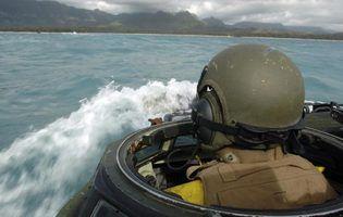 membro do Corpo de Fuzileiros Navais em embarcações