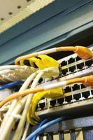 O que interruptores e roteadores usam para tomar decisões de encaminhamento?