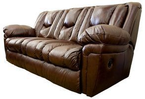O que você limpa um sofá de couro empoeirado com?
