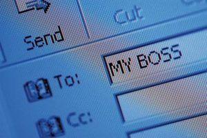 Qual é a diferença entre e-mail e e-mail do cliente serviços baseados na web?