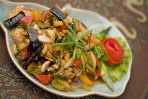 Quais as opções de baixa carb estão lá em um restaurante tailandês?