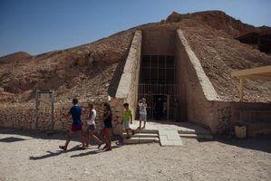 Turistas sair King Tut`s tomb in Luxor, Egypt.
