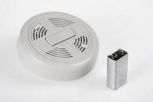 Por que meus detectores de fumaça piar quando não há bateria neles?