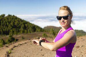 Dispositivos pulseira que rastreiam sua quilometragem em execução, ritmo e tempo